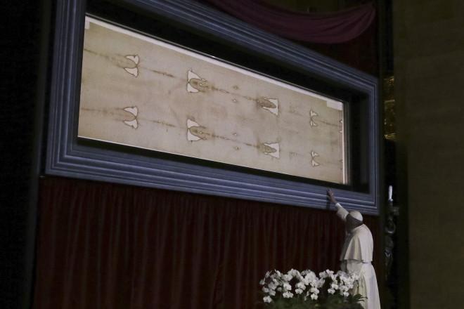 Ο Πάπας προσκυνά την Ιερά Σινδόνη