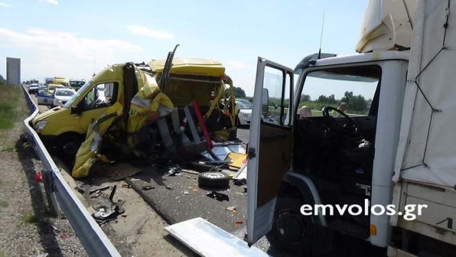 φορτηγό έπεσε πάνω σε δύο οχήματα