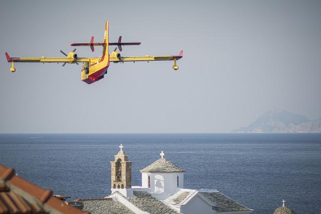 Αεροσκάφος συμμετέχει στην κατάσβεση της φωτιάς
