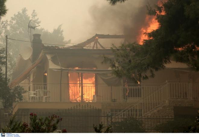 Η φωτιά έχει τυλίξει στις φλόγες της σπίτια στην Κινέτα