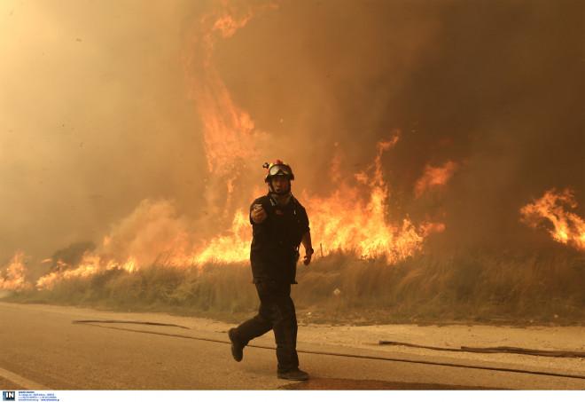 Οι πυροσβέστες δίνουν μάχη με τις φλόγες