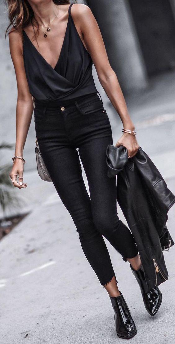 ... τα τζιν κλασικών σχεδίων και χρωμάτων όπως το μαύρο skinny τζιν και το  μπλε mom fit τζιν δεν πρέπει να λείπουν από την ντουλάπα καμίας γυναίκας  καθώς ... fa85c4fca36