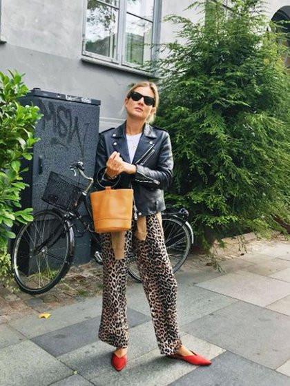f93ac8d6dcba ... με animal print παντελόνι σε φαρδιά γραμμή για άνεση και στυλ με μια  μόνο κίνηση. Η Lucy Williams σου δείχνει πως θα υιοθετήσεις σωστά την τάση.