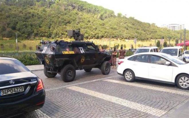 Ισχυρές αστυνομικές δυνάμεις έξω από το εμπορικό στην Κωνσταντινούπολη