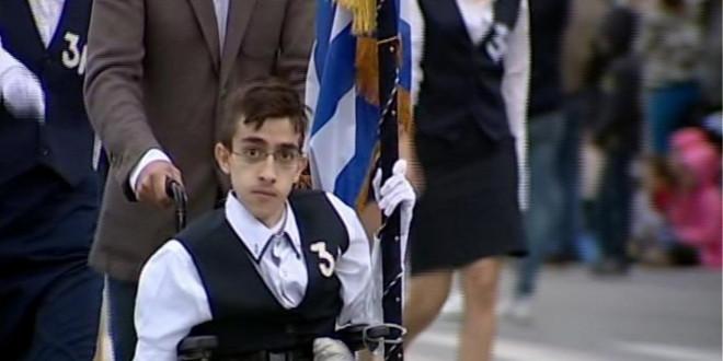 Ο Κωνσταντίνος Κριτζάς κρατώντας την ελληνική σημαία