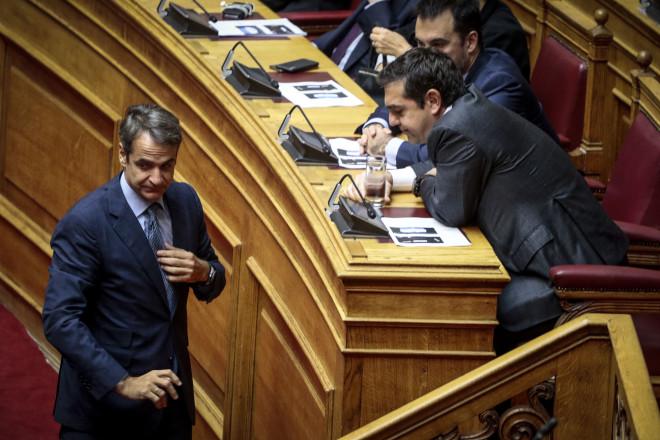 """""""Πηγαδάκι"""" Τσίπρα - Μητσοτάκη στη Βουλή"""