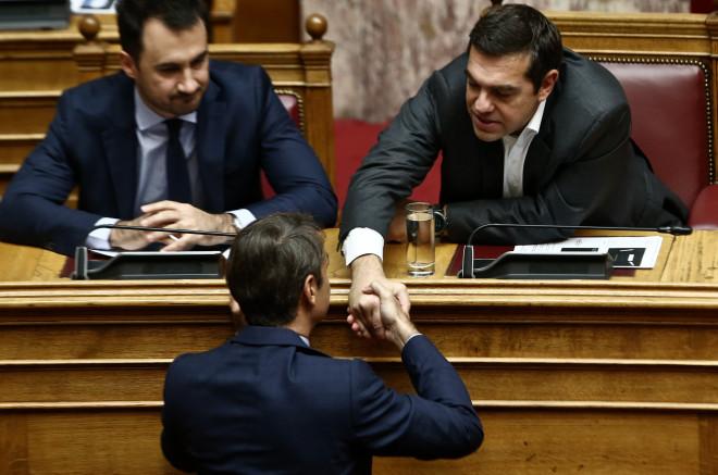Ο Μητσοτάκης έδωσε το χέρι του στον Τσίπρα και τον συλλυπήθηκε
