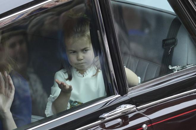 Γάμος Ευγενίας: Το φιλί της πριγκίπισσας Σάρλοτ στους royal fans