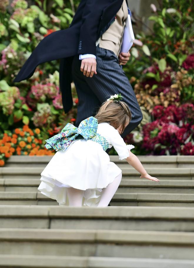 Η πριγκίπισσα Σάρλοτ γλίστρησε στα σκαλιά της εκκλησίας