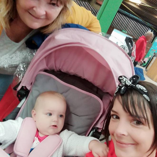 Η 32χρονη Κatie με την κόρη της και τη μαμά της, Katrina
