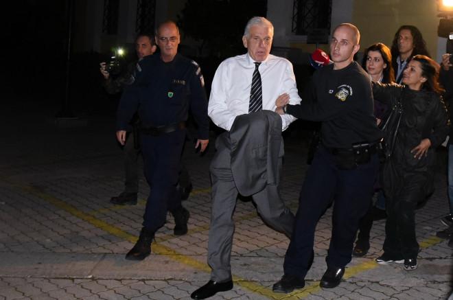 Ο πρώην υπουργός Γιάννος Παπαντωνίου με χειροπέδες