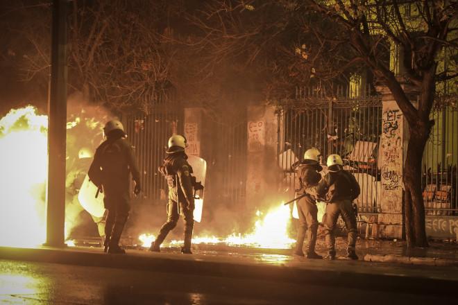 Μάχες αστυνομικών - κουκουλοφόρων στο Πολυτεχνείο