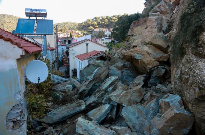 Βράχια αποκολλήθηκαν και έπεσαν σε σπίτια στο Πλωμάρι