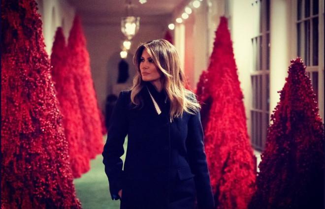 Η Μελάνια στον στολισμένο Λευκό Οίκο