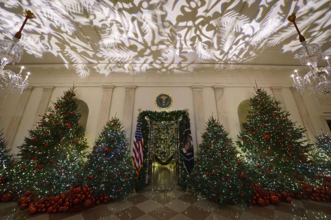 Εντυπωσιακές γιρλάντες και φωτάκια στόλισαν τον Λευκό Οίκο