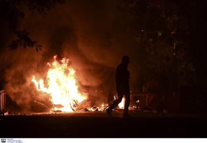 Φωτιά στα Εξάρχεια κατά την πορεία στη μνήμη Γρηγορόπουλου