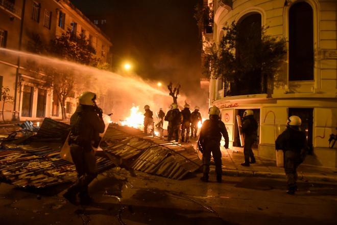 """""""Αύρα"""" της αστυνομίας επιχειρείνα σβήσει τη φωτιά"""