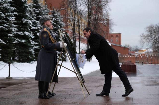 O πρωθυπουργός καταθέτει στεφάνι στον Άγνωστο Στρατιώτη στη Μόσχα