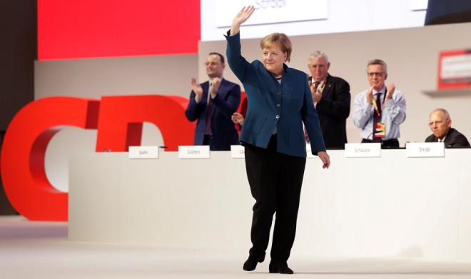 Επί σχεδόν 10 λεπτά χειροκροτούσαν οι σύνεδροι τη Μέρκελ