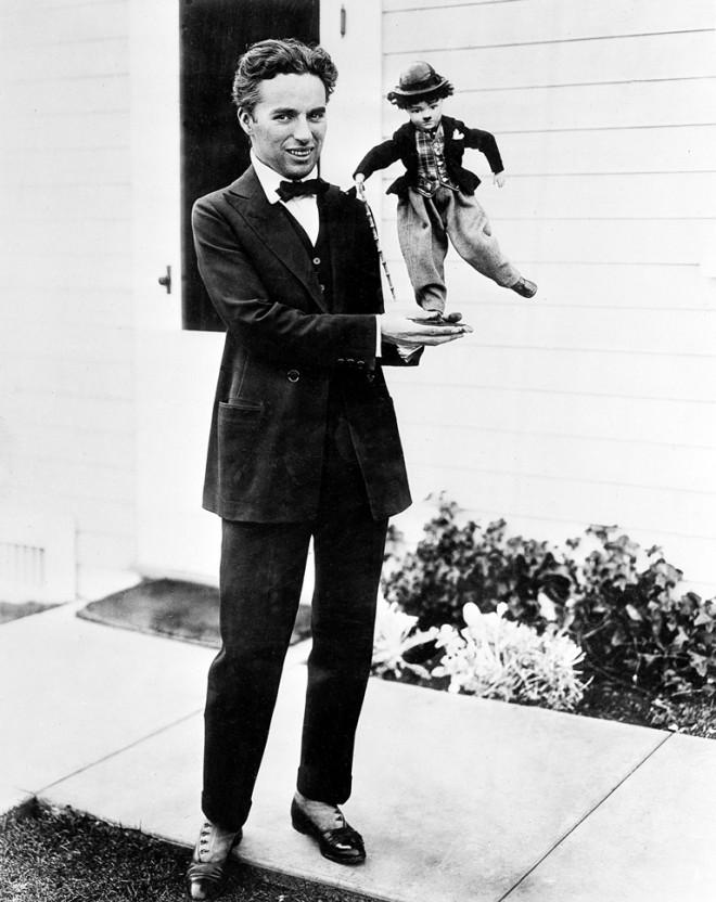 Ο Τσάρλι Τσάπλιν κρατάει μια κούκλα το 1917