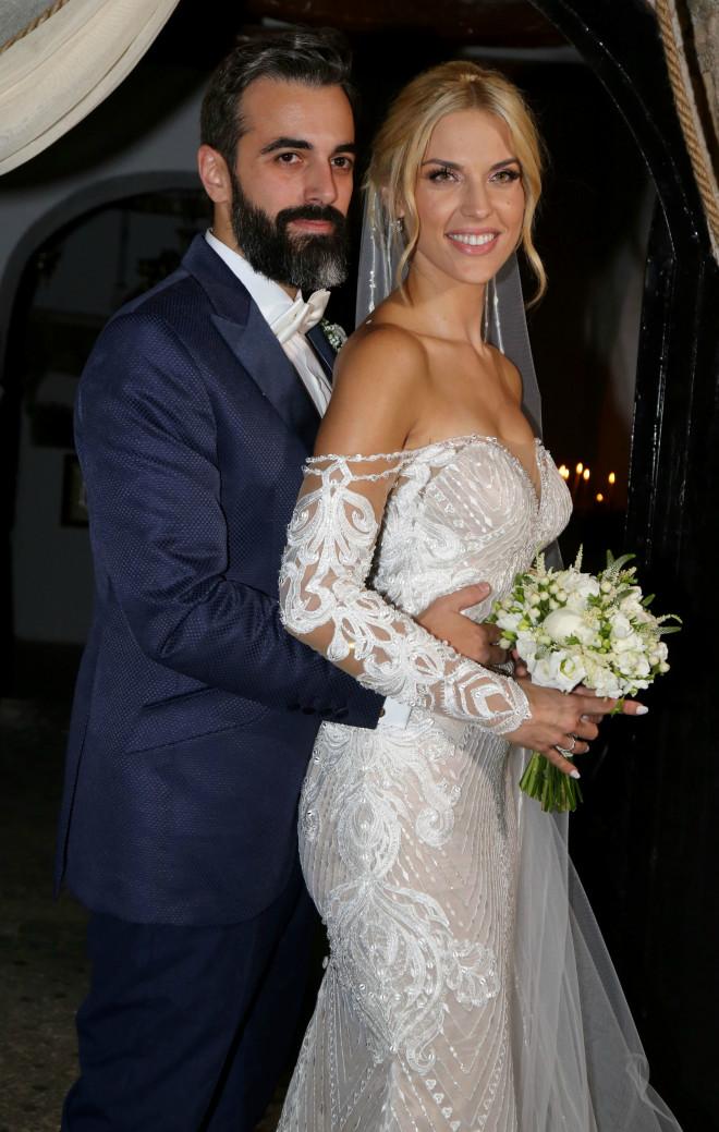 23e83e78e4 Η παρουσιάστρια και ραδιοφωνική παραγωγός ενώθηκε με τα ιερά δεσμά του γάμου  με τον επί τρία χρόνια σύντροφό της