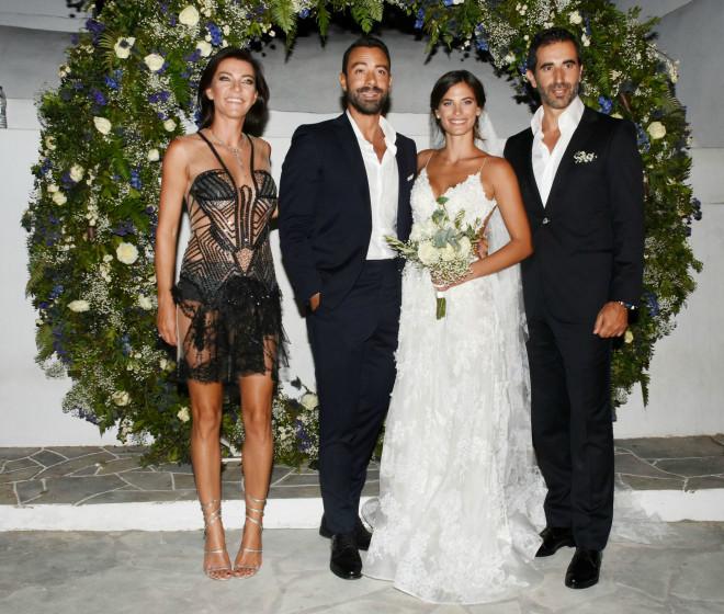 1a2ca7fd2f «Εις σάρκαν μίαν» ενώθηκαν την 1η Σεπτέμβρη ο Σάκης Τανιμανίδης και η  κουκλάρα Χριστίνα Μπόμπα. Ο πολυαναμενόμενος γάμος έγινε στη Σίφνο