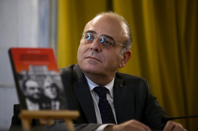 Ο συγγραφέας και δημοσιογράφος Νίκος Στέφος με το βιβλίο του