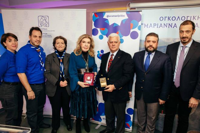 Η Μαριάννα Β. Βαρδινογιάννη και ο Διοικητής του Νοσοκομείου Παίδων Μανώλης Παπασάββας μαζί με τον Πρόεδρο και τα στελέχη των Ελλήνων Προσκόπων