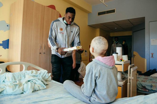 Οι παίκτες του Παναθηναικού μοίρασαν χαμόγελα και δώρα στους μικρούς ασθενείς