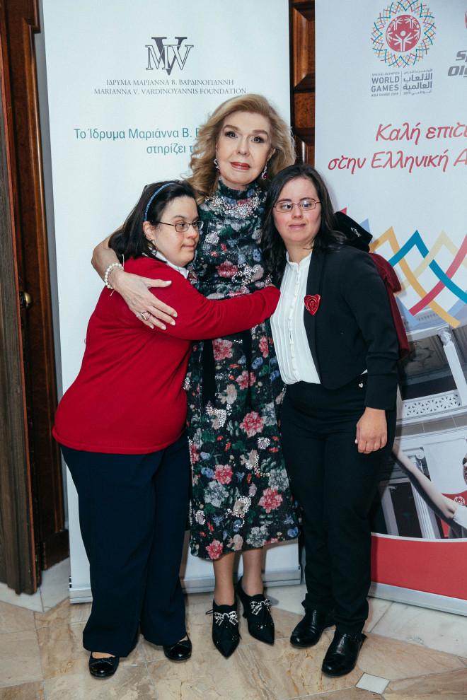 Η κυρία Βαρδινογιάννη με τις αθλήτριες των Special Olympics Δασουρά και Διαπούλη