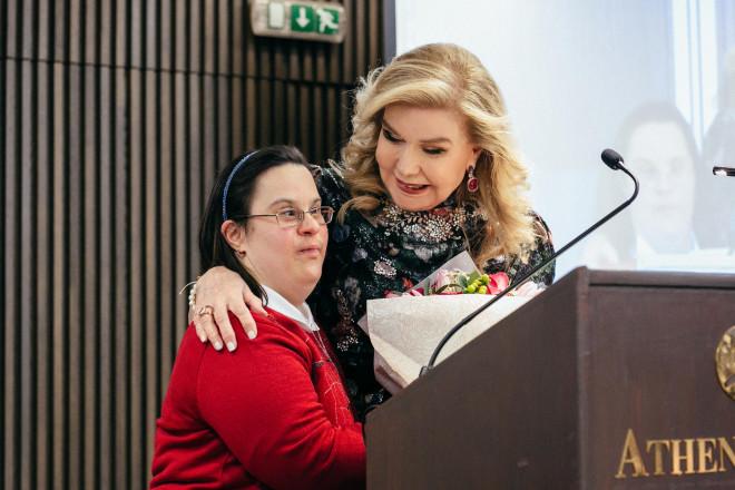 Η Όλγα Δασουρά παραδίδει μια ανθοδέσμη στην Μαριάννα Β. Βαρδινογιάννη