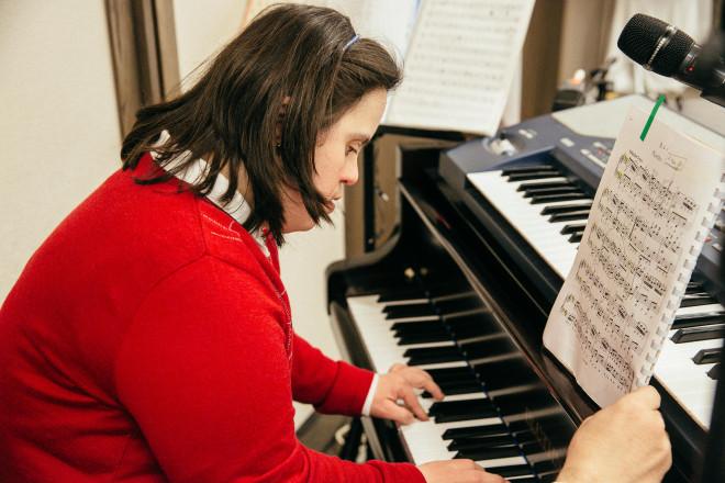 Η Όλγα Δασουρά έπαιξε πιάνο και αφιέρωσε το κομμάτι στην κυρία Βαρδινογιάννη