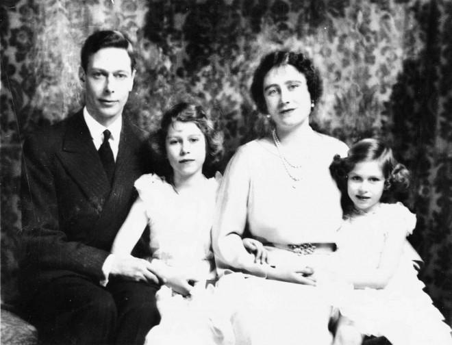 Ο Βασιλιάς Γεώργιος ο ΣΤ' με τη σύζυγό του και τις δύο κόρες του