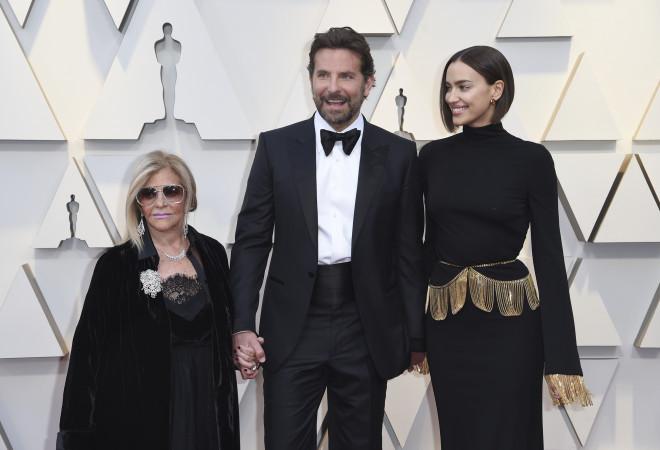 O Bradley έφτασε στο κόκκινο χαλί με τη σύζυγό του και μαμά του.
