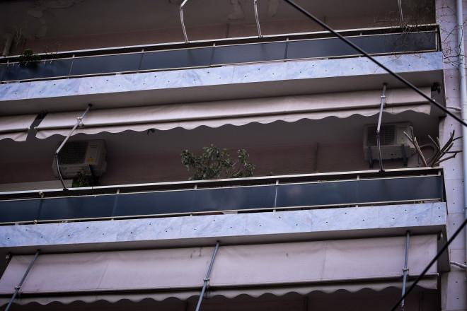Το μπαλκόνι απ' όπου έπεσε η γυναίκα