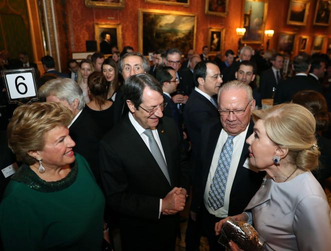 Η Μαριάννα Β. Βαρδινογιάννη με την Άντρη και τον Νίκο Αναστασιάδη