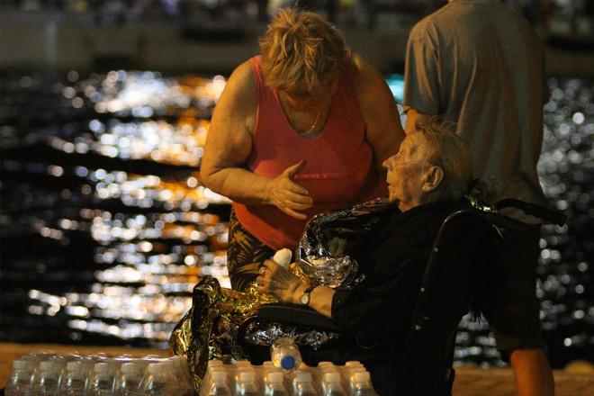 Μάτι 2018: Γυναίκα δίπλα σε ηλικιωμένη στη θάλασσα μετά τη φωτιά