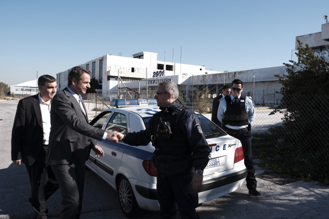 Ο Κυριάκος Μητσοτάκης συναντά περιπολία της ΕΛ.ΑΣ στο παλιό αεροδρόμιο