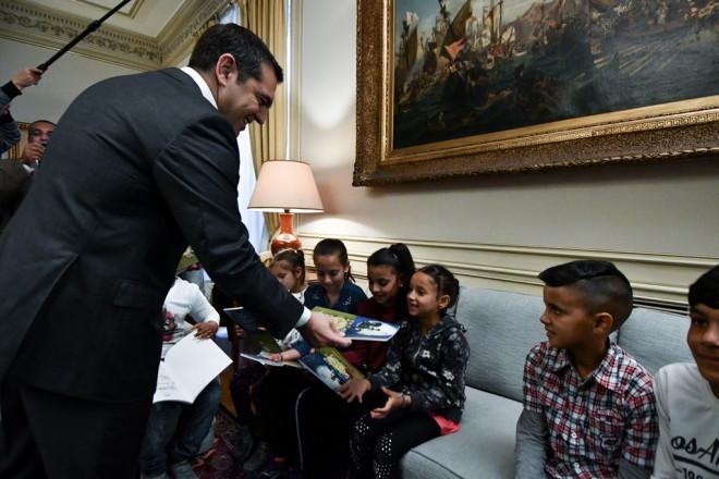 Ο πρωθυπουργός μοιράζει παραμύθια στα παιδάκια Ρομά
