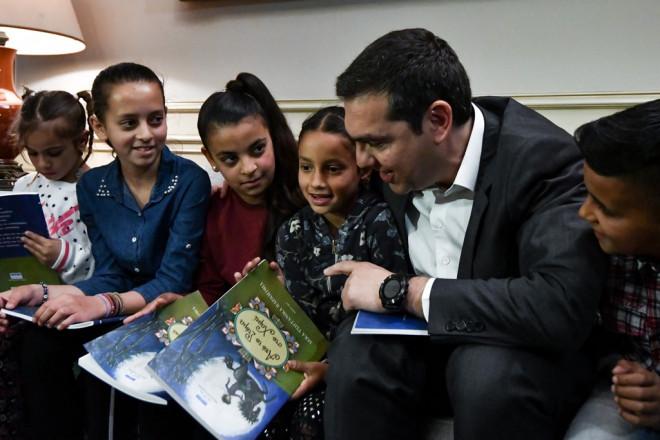 O Τσίπρας με παιδάκια Ρομά στο Μαξίμου