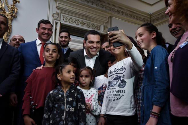Σέλφι Τσίπρα με παιδάκια Ρομα στο Μαξίμου