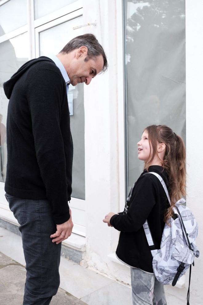 Ο Μητσοτάκης μιλά με κοριτσάκι στην Πάρο