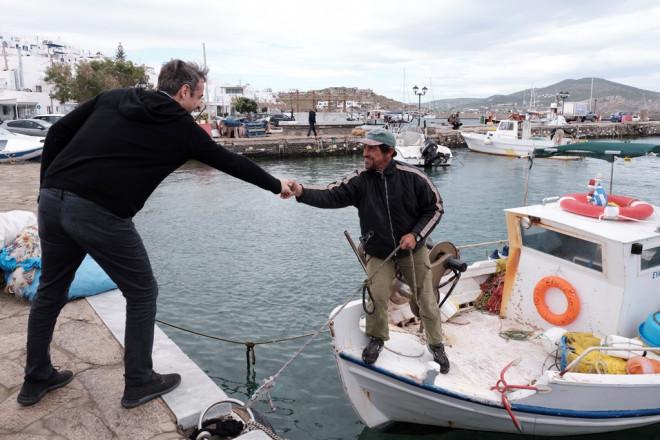 Ο Κυριάκος Μητσοτάκης χαιρετά ψαρά στην Πάρο