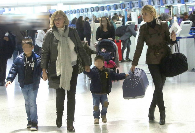 Η Φαίη Σκορδά μετη μητέρα της και τους γιους της στο Ελ.Βενιζέλος τον Ιανουάριο του 2018