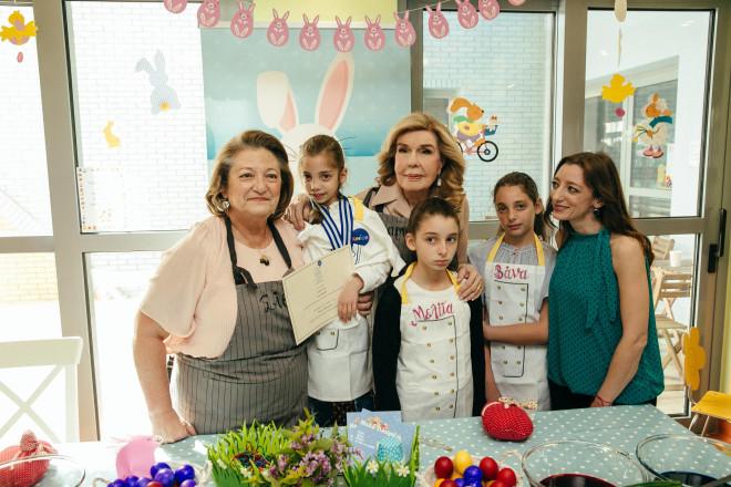 137.  Σίσσυ Παυλοπούλου, Μαριάννα Β. Βαρδινογιάννη, Ζωή Παυλοπούλου με τις κόρες της Βάνα, Μελίτα και Σίσσυ