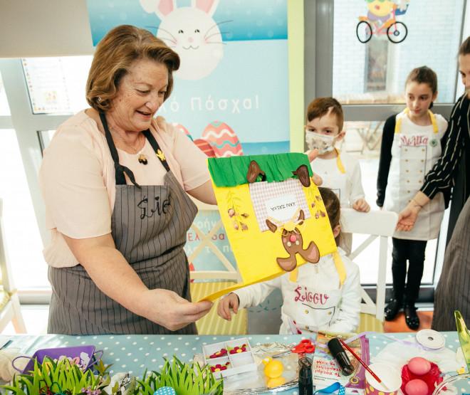 367, 371.  Η κυρία Σίσσυ Παυλοπούλου με την κάρτα που της προσέφεραν τα παιδιά