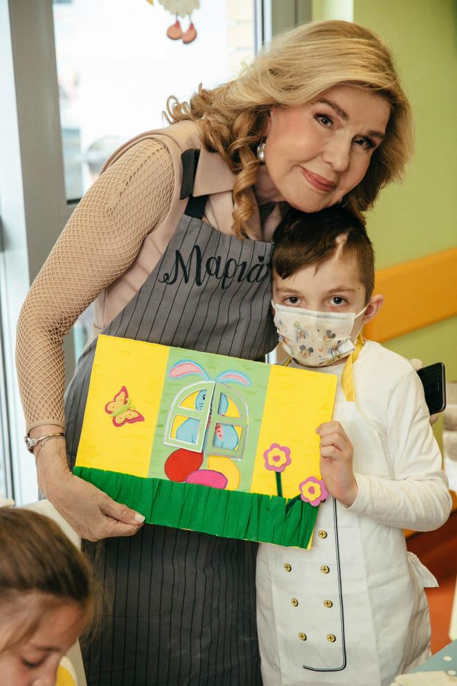 362.  Τα παιδιά της Μονάδας προσέφεραν στην κυρία Βαρδινογιάννη πασχαλινά δώρα μαζί με μια χειροποίητη κάρτα