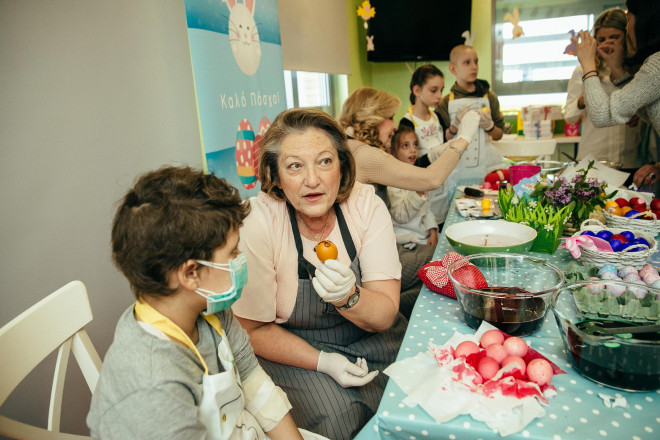 252.  Η κυρία Σίσσυ Παυλοπούλου βάφει αυγά με τα παιδιά της Μονάδας