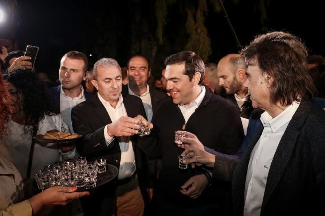 Κρήτη: Ο Τσίπρας πίνει τσικουδιά
