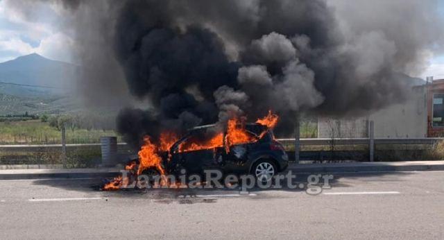 Το αυτοκίνητο τη στιγμή που παίρνει φωτιά στην Εθνική Οδό Αθηνών - Λαμίας